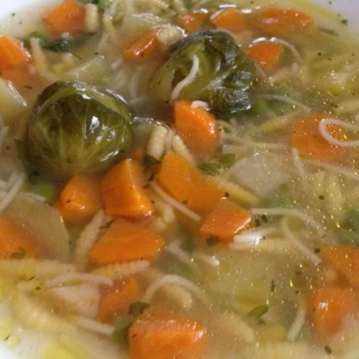 Ezen a képen: Zöldségleves Senga konyhájából