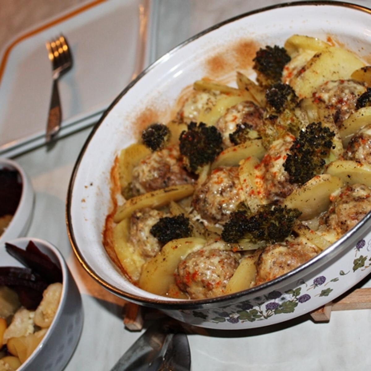Ezen a képen: Fasírtgolyók vele sült burgonyával, brokkolirózsákkal
