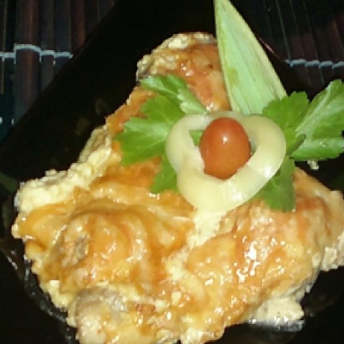 Ezen a képen: Sajtos-mustáros tejfölös csirkecomb