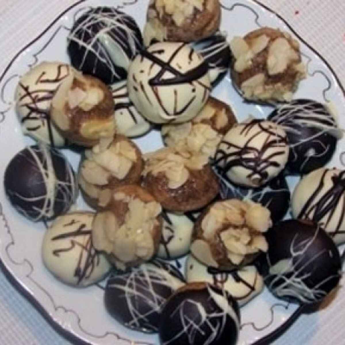 Fűszeres-mézes pogácsák kétféle csokimázzal