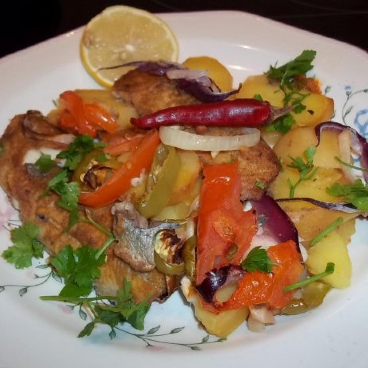 Heringfilé krumpliágyon zöldségekkel
