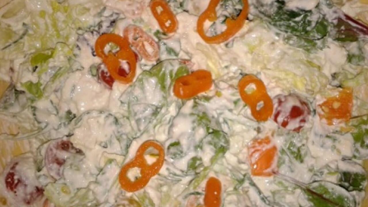 Túrós-tejfölös öntetű saláta