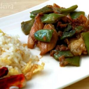 Gyömbéres-chilis csirke zöldbabbal