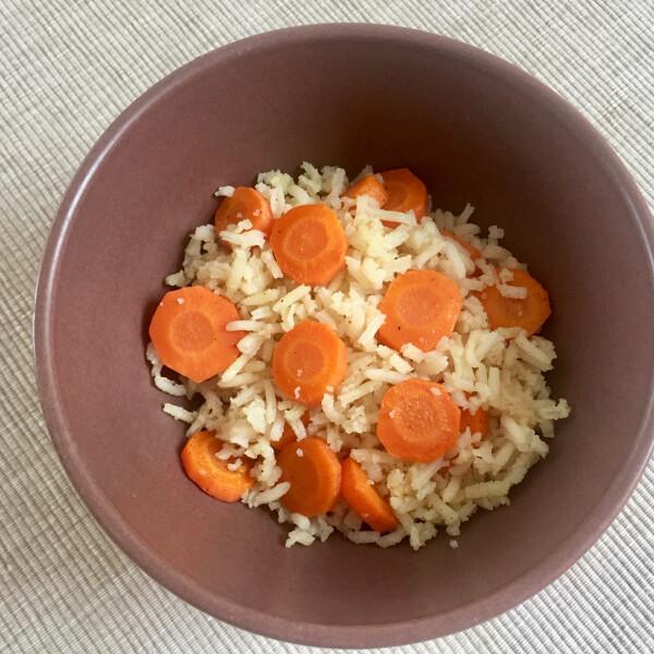Párolt rizs pirított sárgarépával
