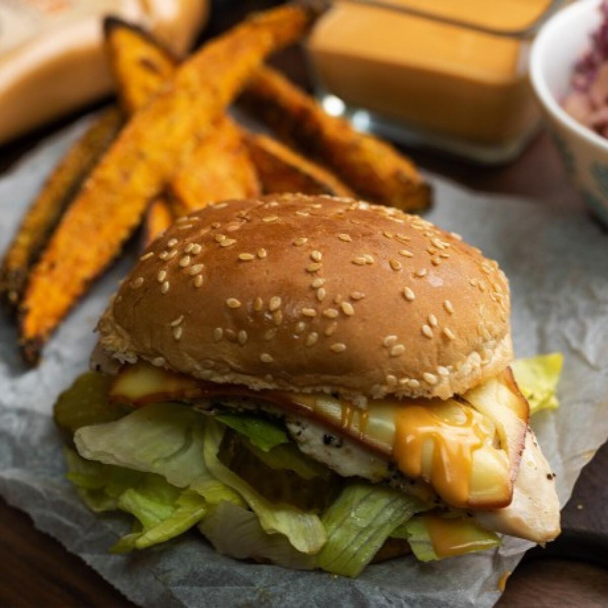Ezen a képen: Zöldséges-csirkés burger pirított édesburgonya-hasábokkal