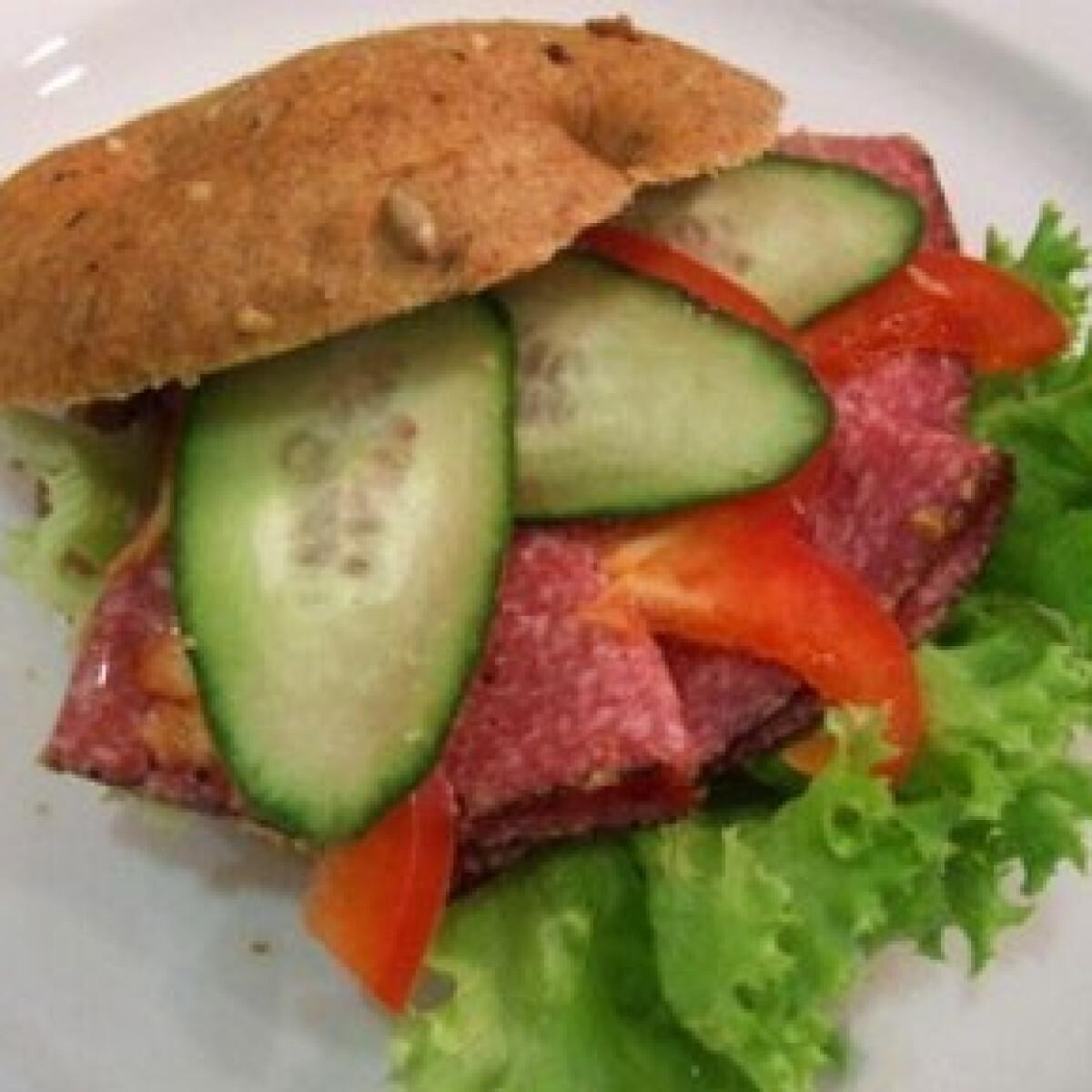 Ezen a képen: Reform szendvics borsos szalámival