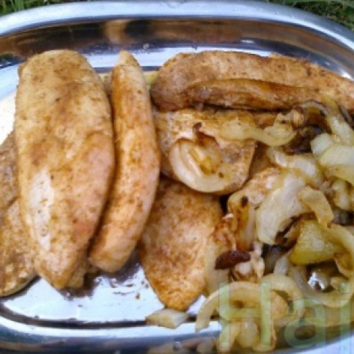 Ezen a képen: Grillezett  csirkemell sült hagymával