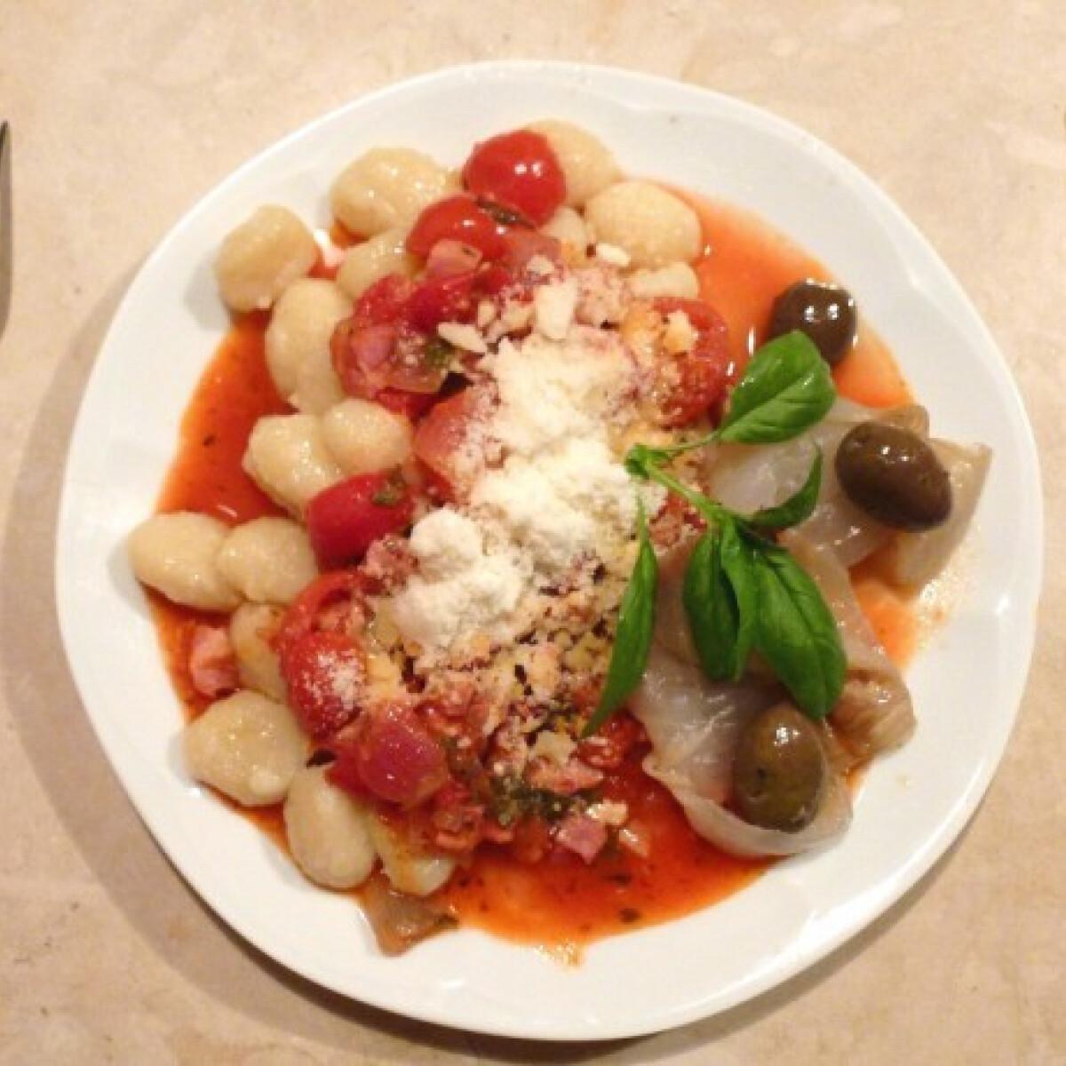 Ezen a képen: Gnocchi szicíliai paradicsommártással