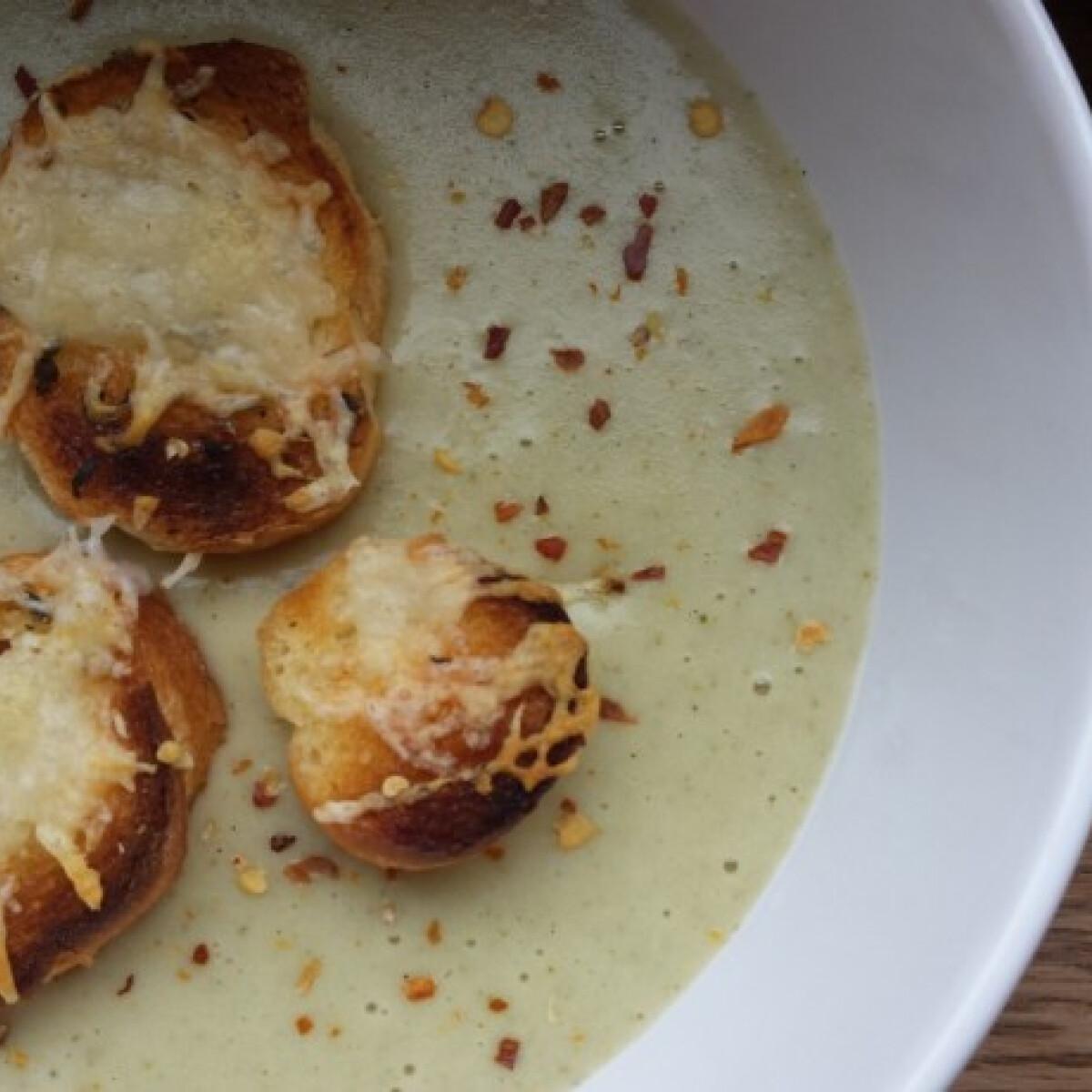 Ezen a képen: Brokkolikrémleves sajtos-fűszeres krutonnal