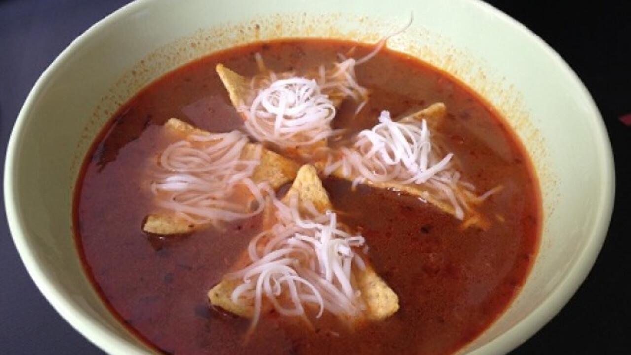 Csípős mexikói leves tortilla chips-szel