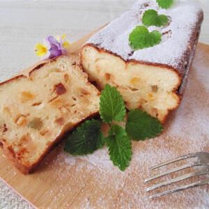 Könnyű, túrós sütemény kandírozott gyümölcsökkel