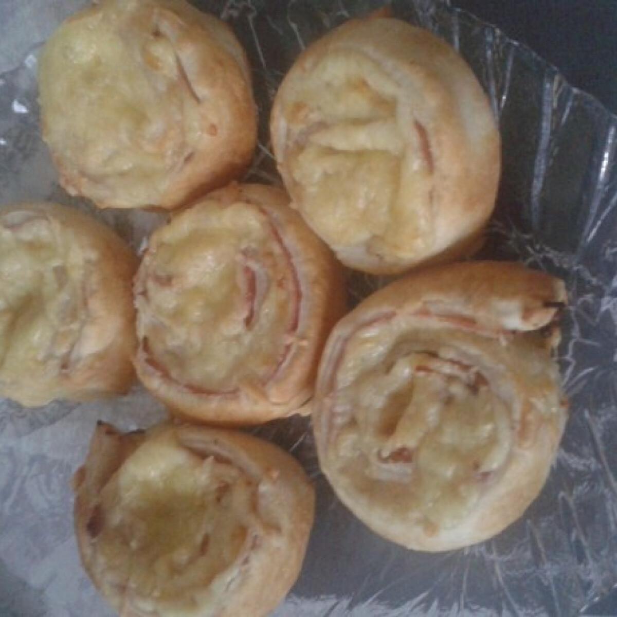 Ezen a képen: Sonkával és sajttal töltött leveles tészta