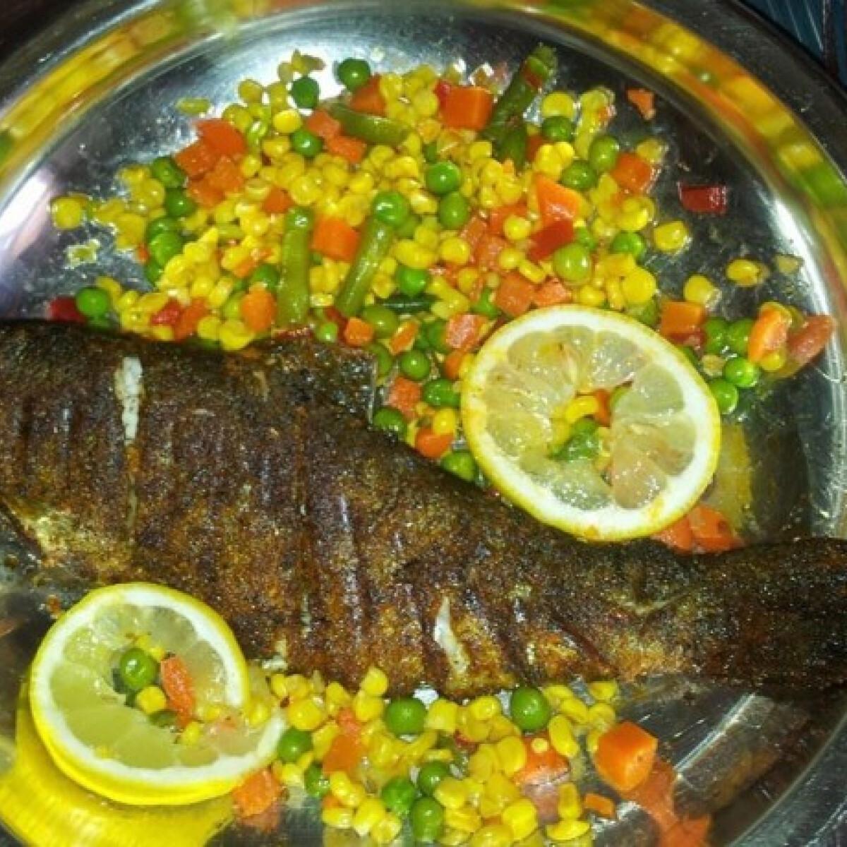 Ezen a képen: Paprikás lisztbe forgatott halacska