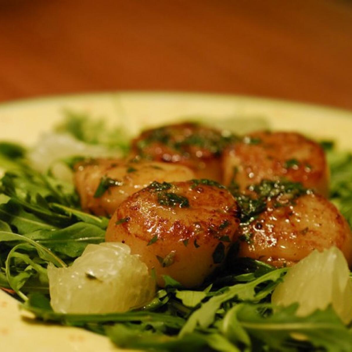 Ezen a képen: Fésűkagyló zöldfűszeres vajjal