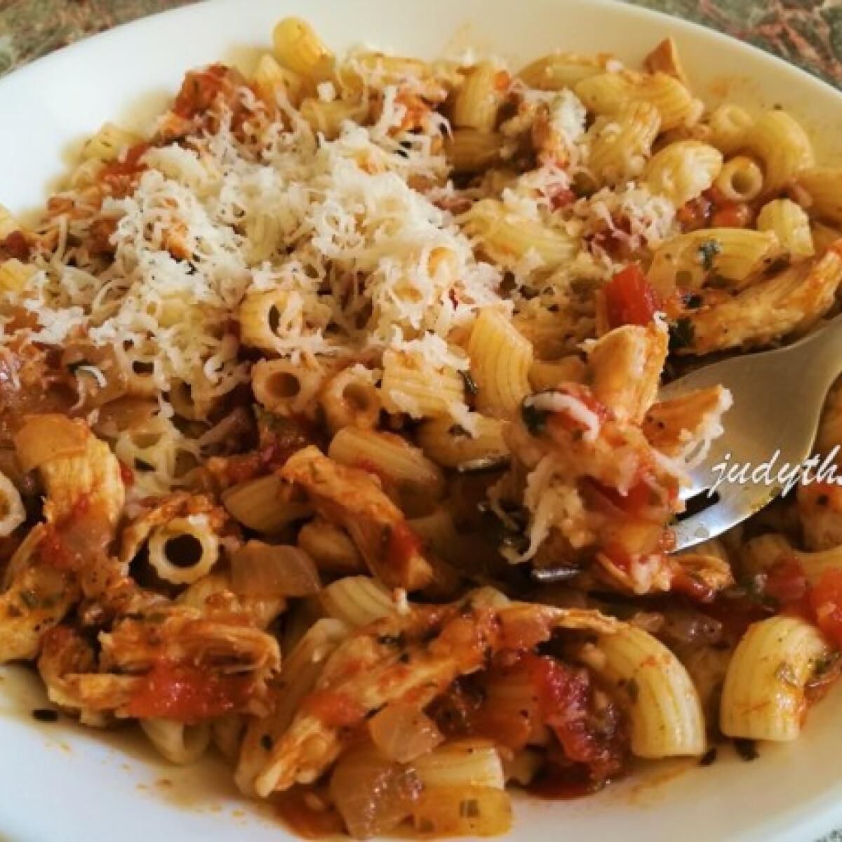 Ezen a képen: Olaszos-fűszeres paradicsomszósz csirkemellel, friss paradicsomból
