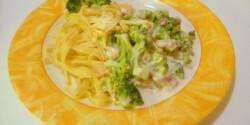 Brokkolis-baconös tagliatelle sajtos-tejszínes szószban