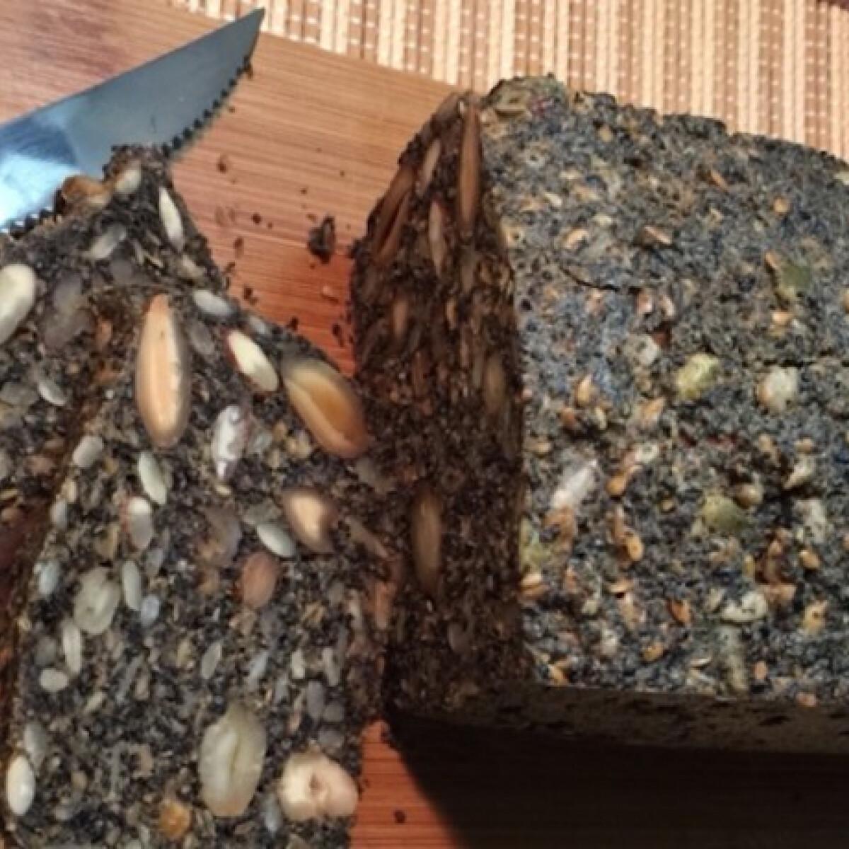 Ezen a képen: Fekete szezámmagos és sokmagos paleo kenyér