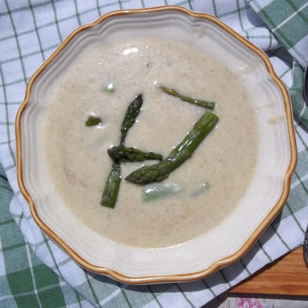 Ezen a képen: Sajtleves zöldspárgával fehérborral