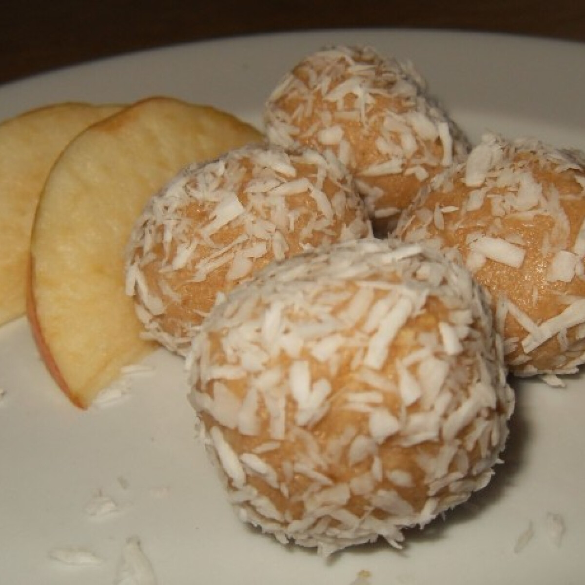 Ezen a képen: Almás-mandulás kekszgolyó
