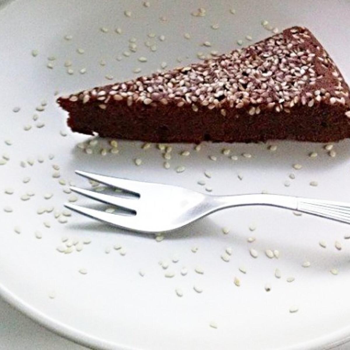 Ezen a képen: Szezámmagos csokitorta