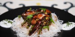 Shiitake gomba stir-fry rizstésztával