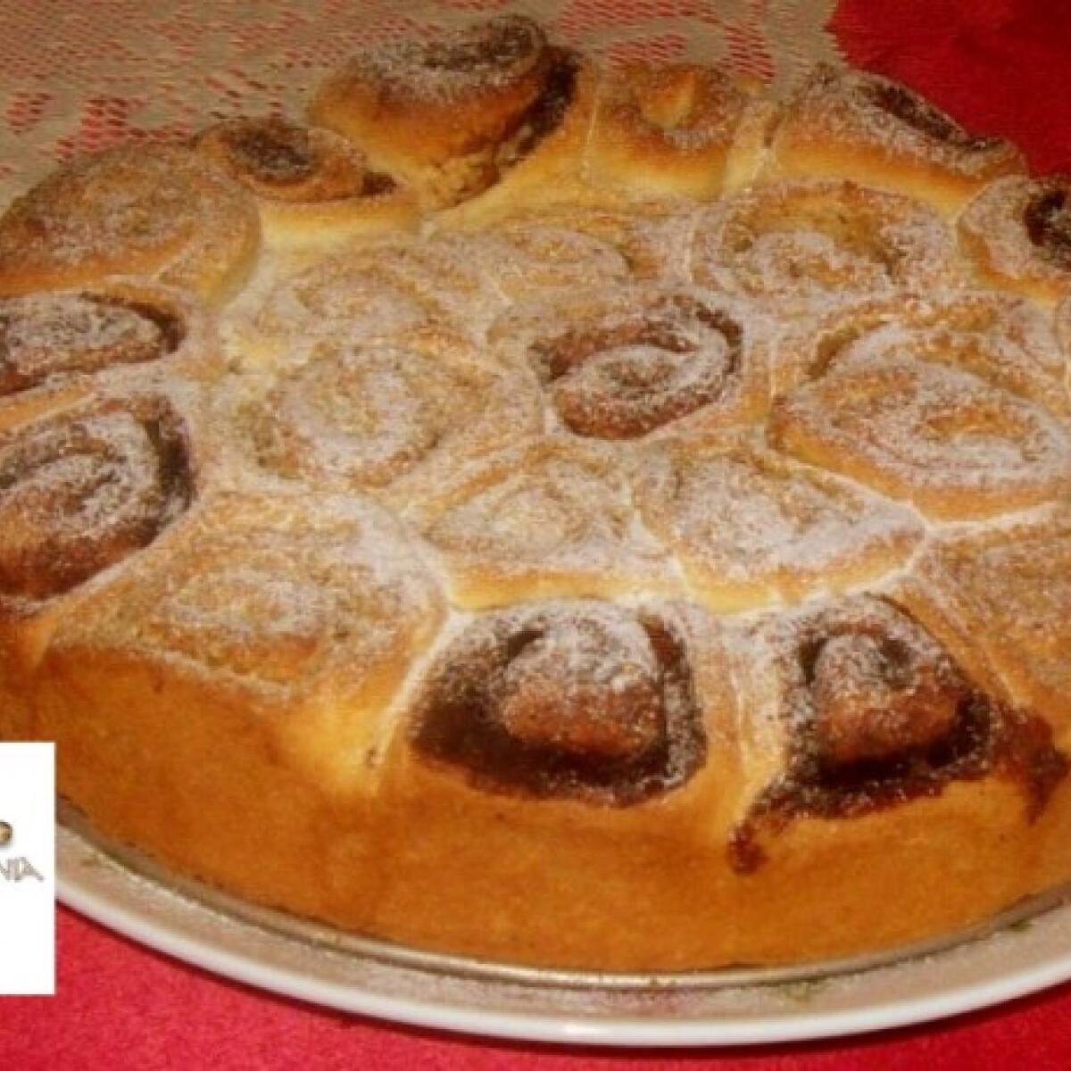 Ezen a képen: Tojás nélküli diós-kakaós csiga tortaformában