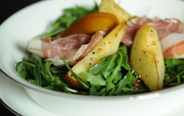 Sült körtés saláta