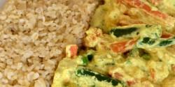 Tejszínes-currys lazac zöldségekkel, bulgurral