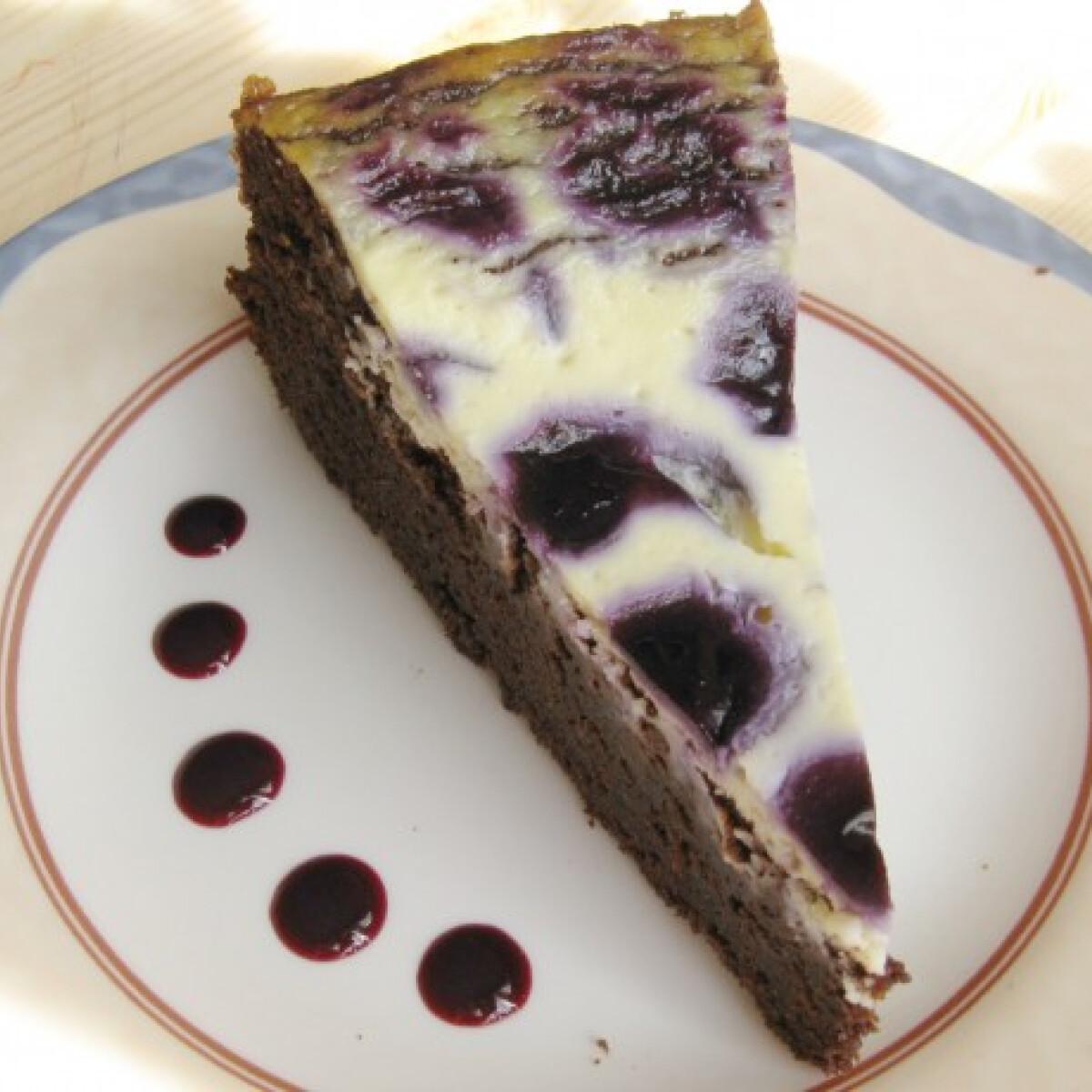 Ezen a képen: Áfonyás-krémsajtos csokitorta