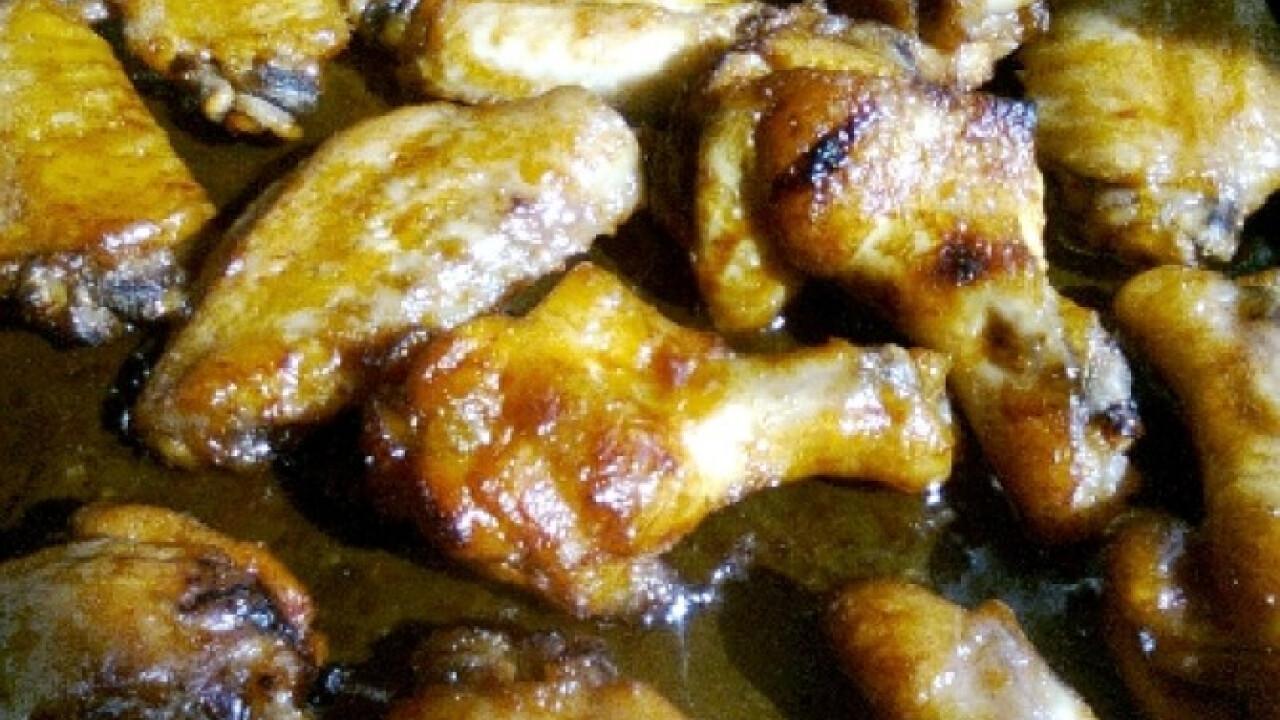 Ragacsos csirkeszárnyak káposztasalátával