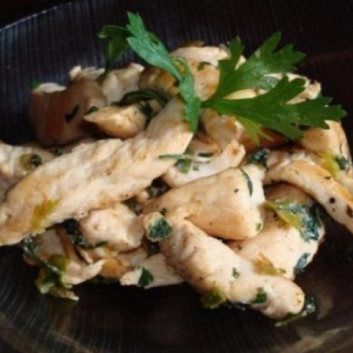 Ezen a képen: Petrezselymes-újhagymás csirkemell