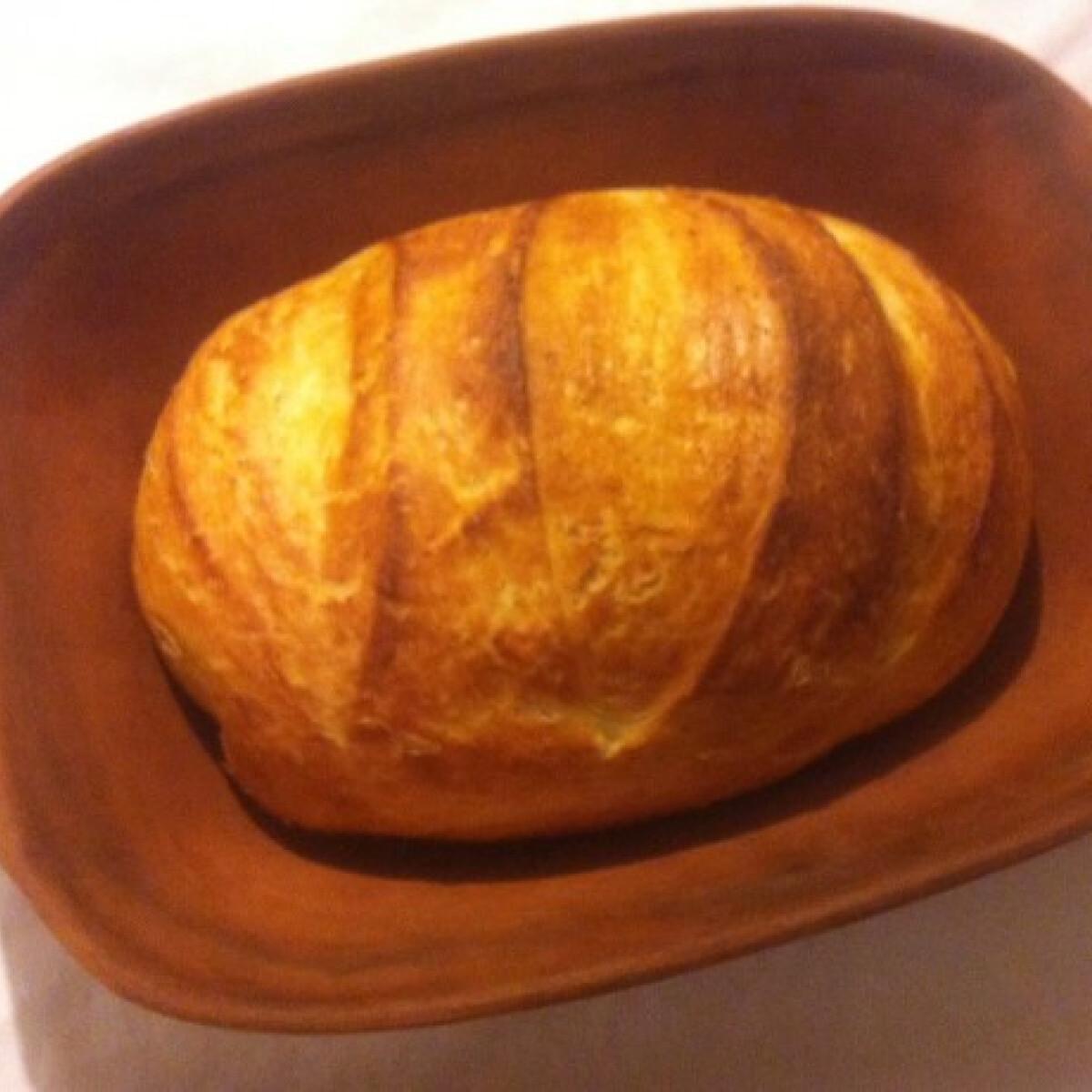 Házi kenyér cserépedényben sütve