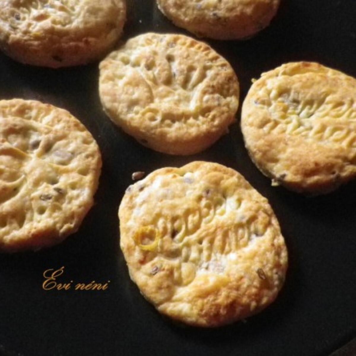 Ezen a képen: Cheddar sajtos keksz ahogy Évi néni készíti