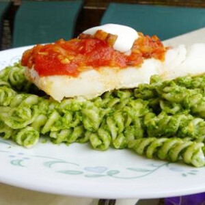 Salsa-s tőkehal zöld tésztával