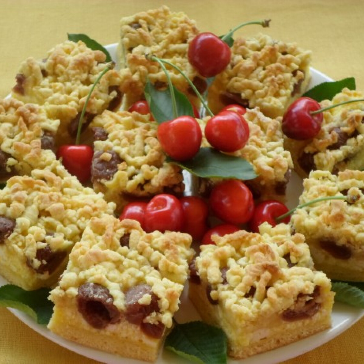Ezen a képen: Túrós-cseresznyés reszelt süti