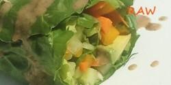 Zöldségtekercs pikáns mogyorószósszal