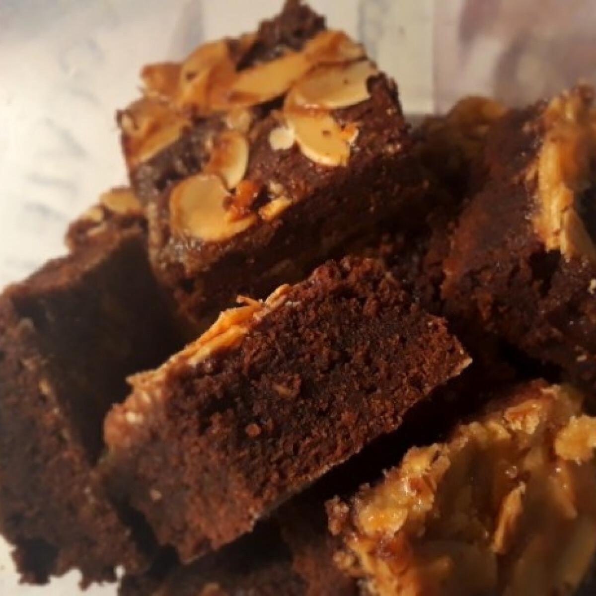 Ezen a képen: Mandulás-karamellás brownie