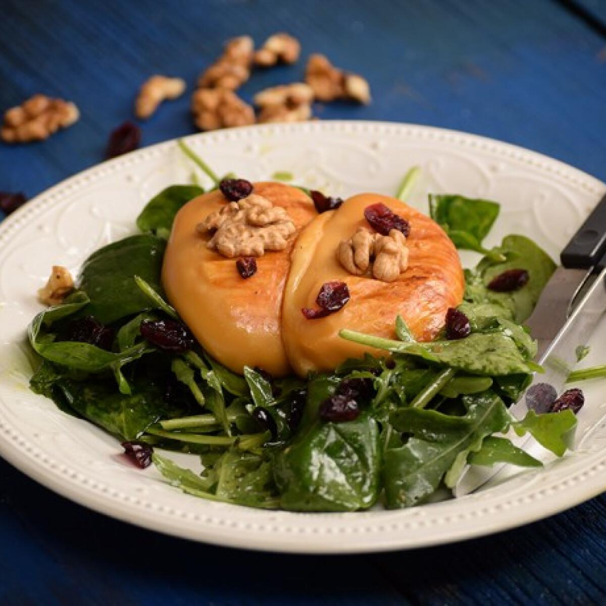 Ezen a képen: Grillsajt áfonyás kevert salátával