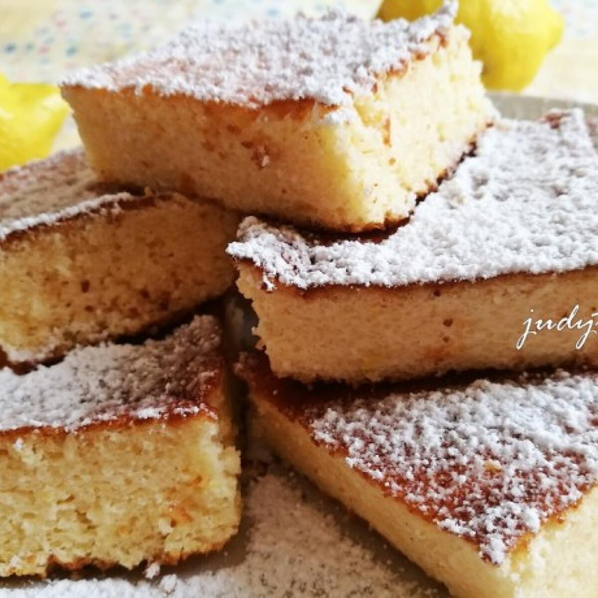 Ezen a képen: Habkönnyű citromos-túrós-grízes bögrés sütemény