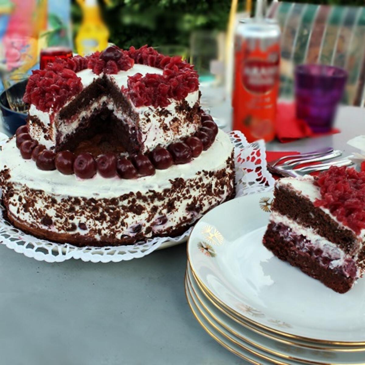 Ezen a képen: Feketeerdő emeletes torta Iluskától