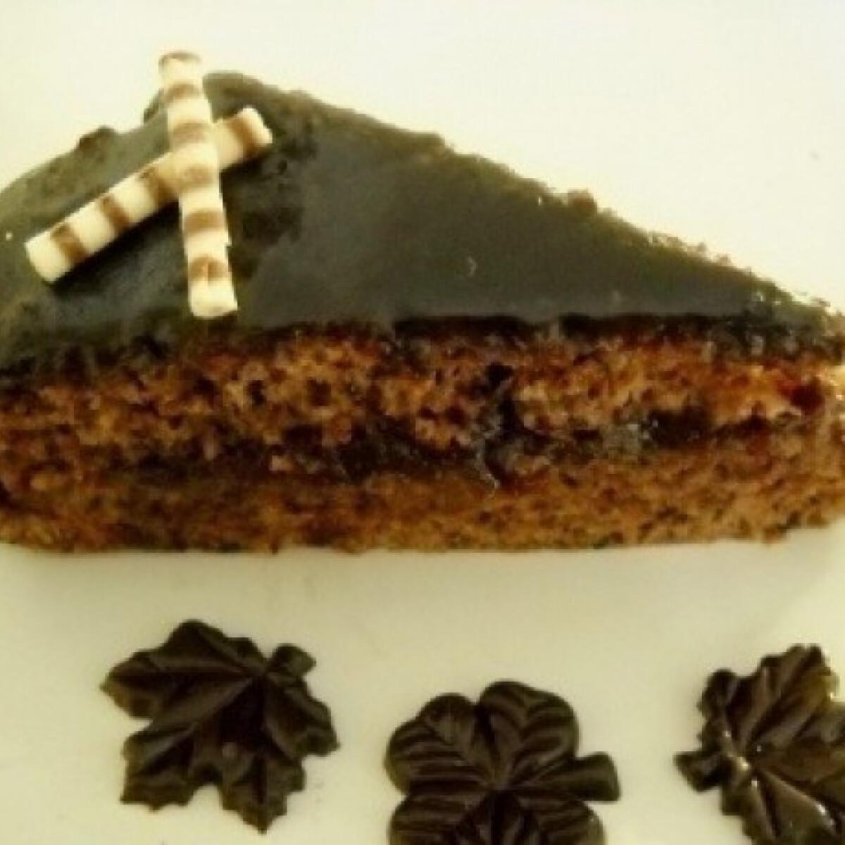 Ezen a képen: Tojásmentő csokis-diós torta